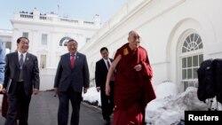 2010年2月达赖喇嘛会见奥巴马后离开白宫(路透社)