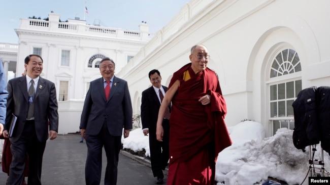 2010年2月達賴喇嘛會見奧巴馬後離開白宮(路透社)