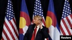 Ứng viên tổng thống Hoa Kỳ, ông Donald Trump, đưa tay lên tai trong khi phát biểu tại một cuộc mít tinh tại Pueblo, Colorado, ngày 03 tháng 10 năm 2016.