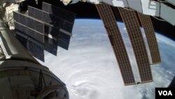 La NASA dio a conocer una foto del huracán Earl, tomada por el astronauta Douglas Wheelock desde la Estación Espacial Internacional en el espacio.