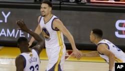 Les Golden State Warriors Klay Thompson, au centre, Draymond Green, à gauche, et Stephen Curry, Oakland, Californie, le 2 juin 2016.