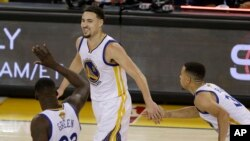 Finale NBA 2016: Klay Thompson de Golden State (c) avec ses co-équipiers Draymond Green (23) et Stephen Curry face aux Cavaliers de Cleveland, à Oakland, Californie, le 2 juin 2016.(AP Photo/Ben Margot)