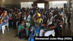 Les militants du RDPC à Mbalmayo, l'un des bastions du parti au pouvoir, au Cameroun, le 16 avril 2018. (VOA/Emmanuel Jules Ntap)