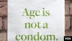 """Poster kampanye pencegahan AIDS yang diarahkan kepada warga usia lanjut dengan pesan, """"Usia Bukanlah Kondom."""""""