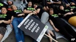 28일 '세계 간염의 날'을 맞아 영국 런던에서 각 국 정부의 간염 퇴치 노력을 요구하는 시위가 열렸다. 전세계적으로 매일 4천명이 간염으로 사망한다는 문구가 피켓에 적혀있다.