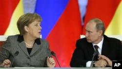 Kanselir Jerman Angela Merkel (kiri) dan Presiden Rusia Vladimir Putin berbicara di sela-sela penandatanganan kerjasama bisnis Rusia-Jerman di Kremlin, Jumat (16/11).