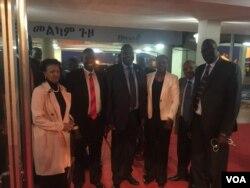 Le chef rebelle Riek Machar et ses conseillers sont arrivés à Addis Abeba, en Ethiopie, le 20 juin 2018. (VOA/Bureau de Riek Machar)