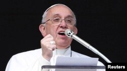 Le pape François recite un discours son Angelus du dimanche au square de la basilique St Pierre, au VAtican, le 1er février 2015.