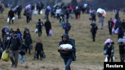 "Migrants walk towards the forest after camp ""Lipa"" was closed, in Bihac, Bosnia and Herzegovina December 30, 2020. REUTERS/Dado Ruvic"