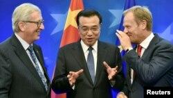 ARHIVA - Predsednik Evropske komisije Žan Klod Junker (levo), kineski premijer Li Kećang i predsednik Evropskog saveta Donald Tusk
