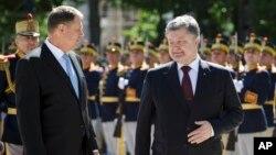 지난 21일 루마니아 수도 부쿠레슈티를 방문한 페트로 포로셴코 우크라이나 대통령(오른쪽)이 클라우스 이호하니스 루마니아 대통령과 함께 의장대 환영 인사를 받고 있다.