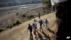 海地一名霍乱病人被抬送医院治疗