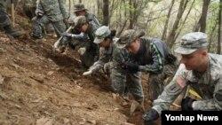 한국 육군 제50보병사단과 미군 19지원사령부 장병들이 지난달 23일 '다부동 전투' 6·25 격전지인 경북 칠곡군 동명면 487고지에서 합동 전사자 유해 발굴 작업을 벌이고 있다. (자료사진)
