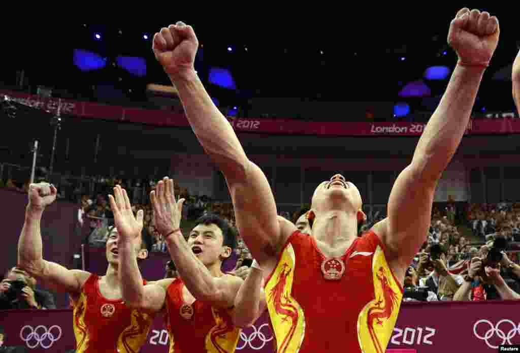 El equipo chino de gimnasia celebra su medalla de oro por equipos. Estados Unidos quedó quinto.
