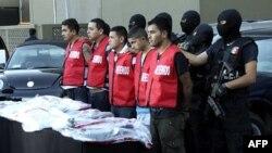 Nhân viên điều tra Mexico áp tải 5 nghi can vụ đốt sòng bài Casino Royale, giết chết 52 người ở Monterrey, ngày 30/8/2011