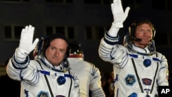 Astronot AS Scott (kiri) dan kosmonot Rusia, Gennady Padalka sebelum berangkat menuju ISS (foto: dok). Padalka mencatat rekor 879 hari berada di antariksa, setelah menyelesaikan misinya yang kelima selama 168 hari.