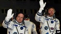 美國宇航員斯科特.凱利(左)與俄羅斯宇航員米哈伊爾.科爾尼年科(右)。