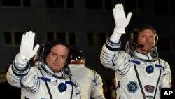 美国宇航员斯科特·凯利(左)和俄罗斯宇航员根纳季·帕达尔卡在宇宙飞船发射升空之前