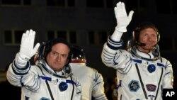 Phi hành gia Hoa Kỳ Scott Kelly (trái) và phi hành gia Nga Gennady Padalka vẫy chào trước khi phi thuyền được phóng đi, 27/3/15