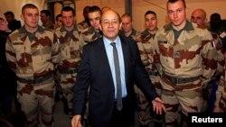 Bộ trưởng Quốc phòng Pháp Jean-Yves Le Drian thăm binh sĩ Pháp khi họ sắp khởi hành đi Mali