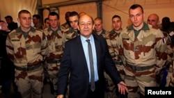 Menhan Perancis Jean-Yves Le Drian (tengah) mengunjungi para tentara Perancis yang akan diberangkatkan ke Mali di Miramas, Perancis (25/1).
