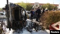 2014年11月19日,伊拉克库尔德斯坦首府阿比尔发生汽车炸弹袭击之后,当地安全人员在现场察看。