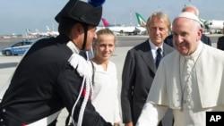 Le pape François salue un officier de police paramilitaire italien Carabinieri, à gauche, avant de monter à bord de son avion à destination de Cuba, à l'aéroport international de Fiumicino, à Rome, 19 septembre 2015.