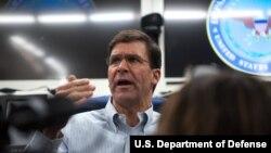 마크 에스퍼 미국 국방장관이 기내에서 기자들의 질문에 답하고 있다.