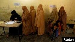 پشاور کے ایک پولنگ اسٹیشن پر خواتین اپنا ووٹ ڈال رہی ہیں۔ 25 جولائی 2018