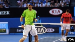 Rafael Nadal merayakan kemenangan atas Roger Federer dalam semi-final Australia Terbuka di Melbourne (26/1).