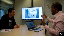 "Peneliti Holst Center, Ashok Sridhar (kanan) menjelaskan ""masker cerdas"" di Eindhoven, Belanda (foto: dok)."