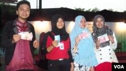 Beberapa remaja yang menjadi partisipan Hafizh On the Street menerima hadiah uang tunai karena ikut aktif dalam kegiatan Ramadan di Jakarta (foto: VOA/Nahaba).