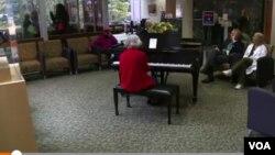 卡琳羅斯已經連續20年每周五在華盛頓西布利醫院大廳彈奏鋼琴。