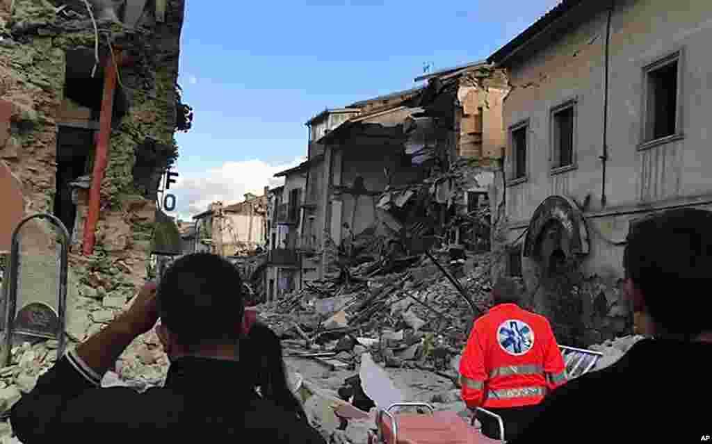 Hotunan Mumunar Girgizar Kasa Da Ta Faru A Kasar Italiya, Aug. 24, 2016.