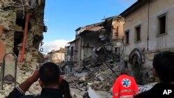 د وړومبو معلوماتو ترمخه زلزله دومره زوروره وه چې د څو د قیقو پورې د روم ودانۍ څنډېدلې .