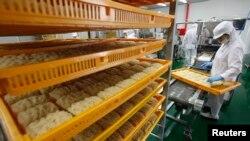 Pekerja mengatur bihun instan di pabrik bihun Han's di Ganghwa, Korea Selatan. (Reuters/Jo Yong-Hak)