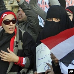 Des femmes manifestant sur la place Tahrir, au Caire