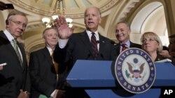 Američki potpredsednik Džozef Bajden sa demokratskim liderima u Senatu SAD.