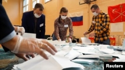 俄羅斯聖彼得堡一個投票站的工作人員2020年7月1日在點算修憲投票結果。(路透社))