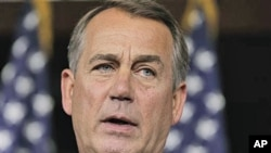 ປະທານສະພາຕໍ່າສະຫະລັດ ທ່ານ John Boehner ກ່າວຕໍ່ພວກນັກຂ່າວ ທີ່ຕຶກຫໍລັດຖະສະພາສະຫະລັດ ໃນກຸງວໍຊິງຕັນ (23 ມິຖຸນາ 2011)