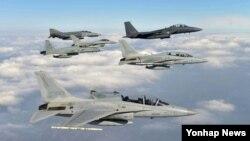 5일 한국 청주시 17전투비행단 공군기지 등에서 진행된 전역급 종합전투훈련인 '소어링 이글(Soaring Eagle) 훈련'에서 전투기들이 편대 비행을 하고 있다.