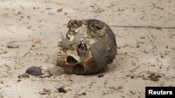 Le crâne d'un homme décapité est apperçu dans une fosse commune dans la ville récemment repris de Damasak, Nigeria, le 20 mars, 2015
