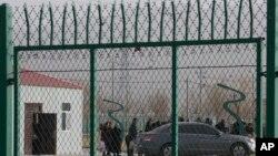 Sejumlah orang antre di Pusat Pelatihan Kejuruan Kota Artux di Kawasan Industri Kunshan di Artux, wilayah Xinjiang, 3 Desember 2018. Pengacara HAM, Geoffrey Nice, menggelar persidangan rakyat di London untuk menyelidiki dugaan pelanggaran HAM oleh China terhadap etnis Uighur.