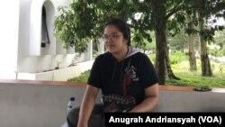 Yael Stefany Sinaga, penulis cerpen LGBT yang juga Pimpinan Umum SUARA USU, Selasa, 26 Maret 2019. (Foto: Anugrah Andriansyah/VOA)