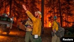 Bomberos se preparan para combatir un incendio cerca de Chelan, estado de Washington.