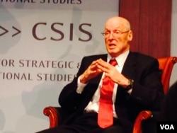 美国前财长保尔森在华盛顿的一个研讨会上(美国之音莉雅拍摄)