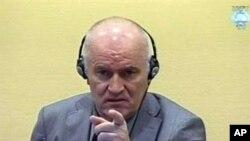 ທ່ານ Ratko Mladic ຜູ້ບັນຊາການທະຫານເຊີເບຍໃນປາງສົງຄາມບອສເນຍຂະນະທີ່ຖືກນຳໂຕຂຶ້ນສານ ສປຊ ທີ່ນະຄອນ Hague (3 ມິຖຸນາ 2011)
