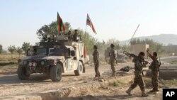 14일 아프가니스탄 동부 가즈니주에서 탈레반이 교도소를 습격해 수감자 수백 명을 탈출시킨 가운데, 군인들이 주변 도로를 지키고 있다.