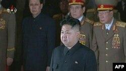 Ông Kim Jong-un (trước) viếng thân phụ quá cố Kim Jong-il của ông, ngày 20 tháng 12, 2011