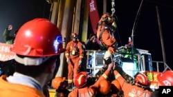 Thợ mỏ đầu tiên được nâng lên từ một khu mỏ bị sập ở tỉnh Sơn Đông, Trung Quốc, 29/1/2016.
